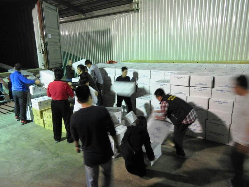 海巡及檢警人員趁私菸在倉庫卸貨時,一舉查獲進口私菸9百多箱。