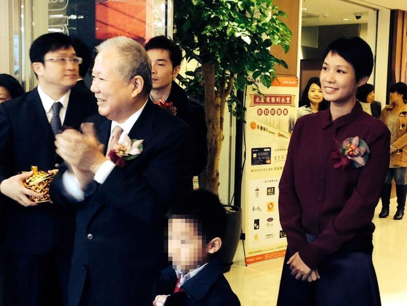何壽川夫婦疼女兒何奕佳,不僅同住,還贈股給外孫。