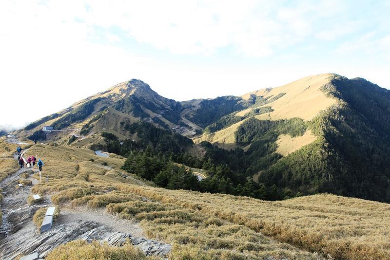 石門山的坡度平緩,適合任何年齡層行走,單程約20分鐘,一旁為東峰(左)及主峰(右)。