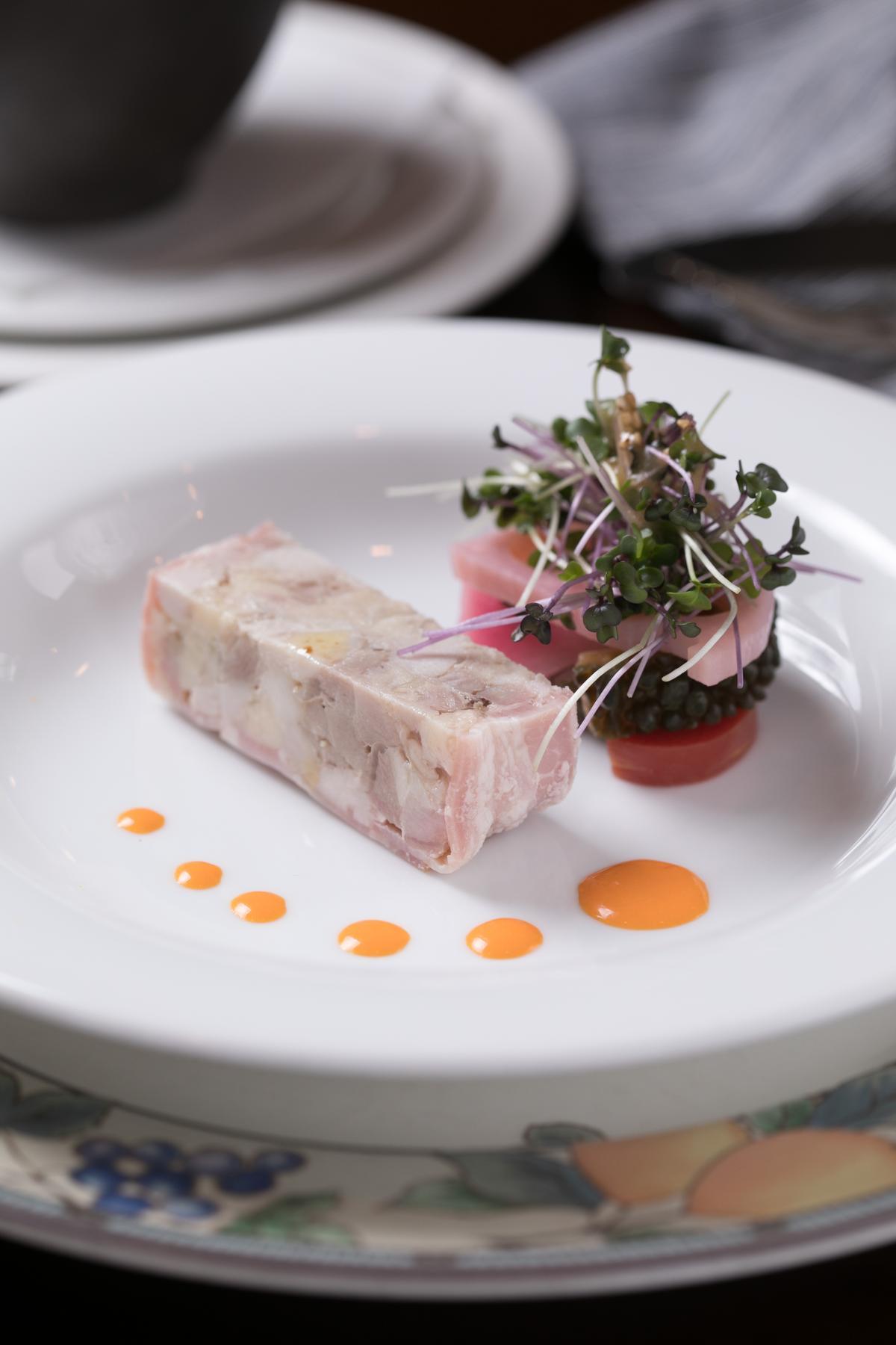 「秋田CHAPON法式雞肉醬糜」使用比內地雞閹雞製成肉凍,非常鮮美。