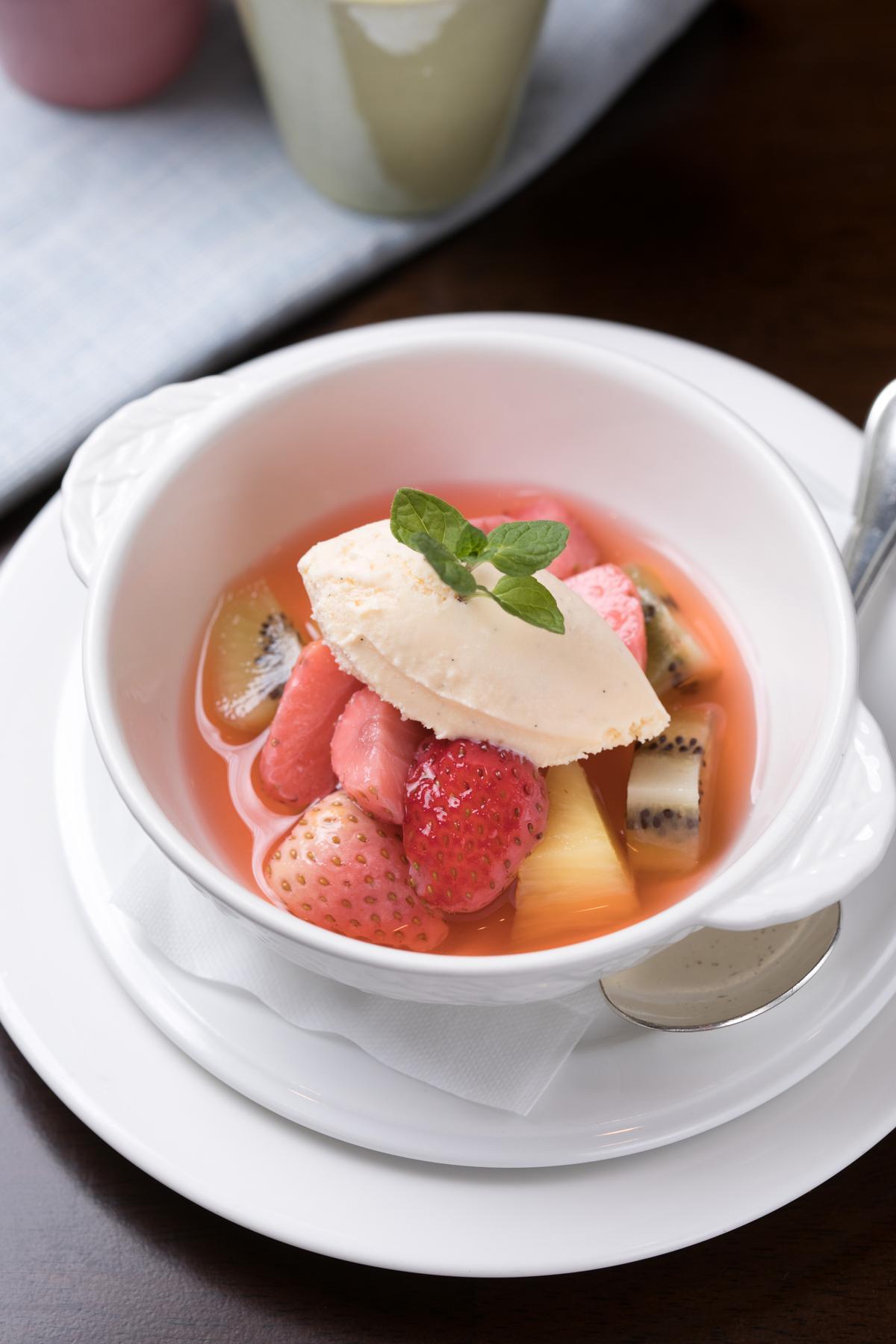 甜點「蜜釀當季鮮果佐自家製冰淇淋」的果品會隨季節替換,這天的主角是「櫪木姬」品種的草莓,清爽可口。