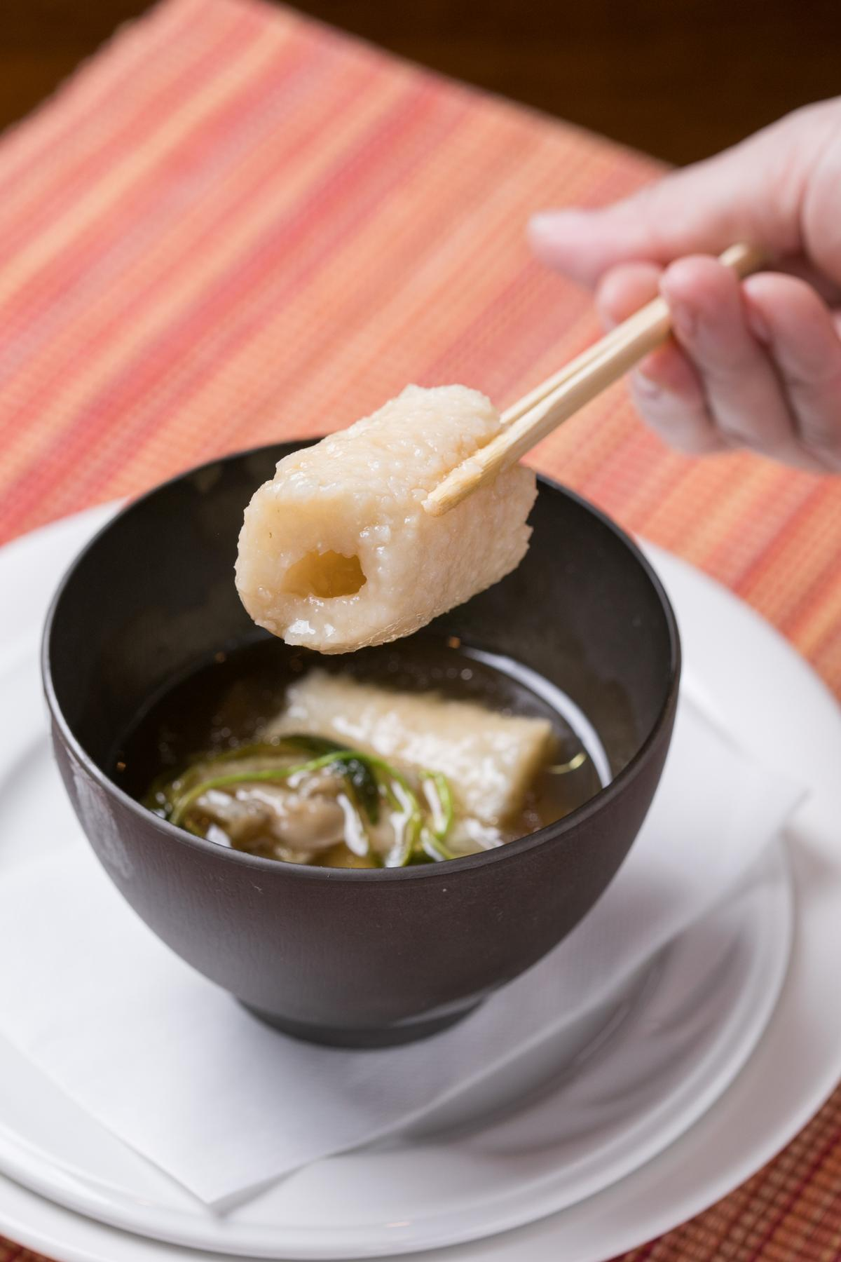 小林主廚為招待外國旅客破例端上米棒鍋,溫暖的醬油湯底果然鮮美濃郁,很有媽媽味。