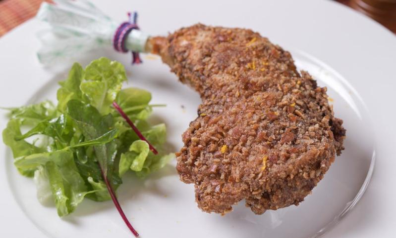 「龍吟監製秋田比內地雞炸雞」的麵衣是敲碎的「柿種」米果,酥脆中帶有些許醬油香氣,和洋合璧。