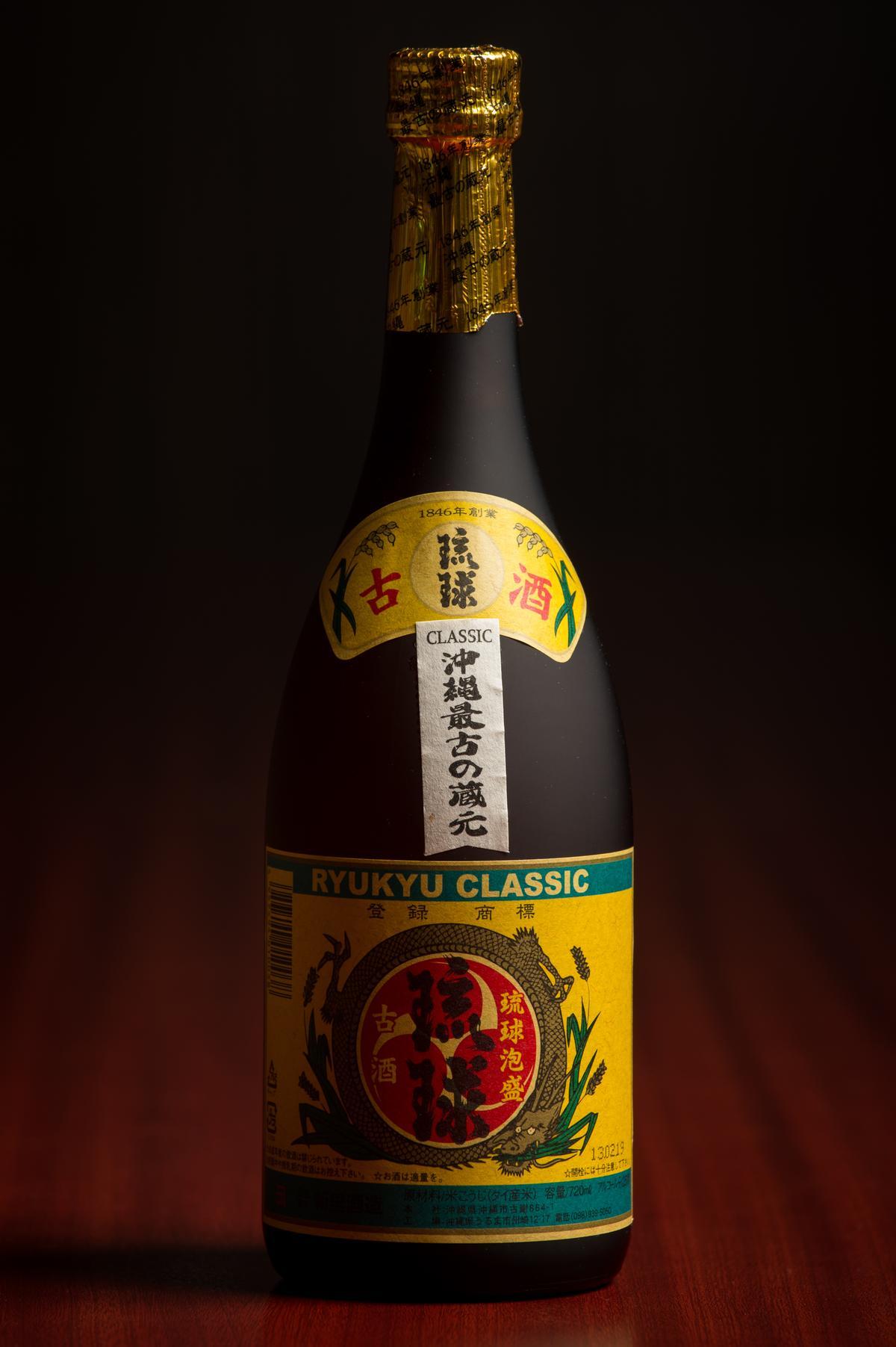 「琉球泡盛」是沖繩最古老的酒廠「新里酒造」出品的古酒,遵循古法將泡盛在壺中熟成,時光醞釀出深層而飽滿的口感。(1,200元/瓶)