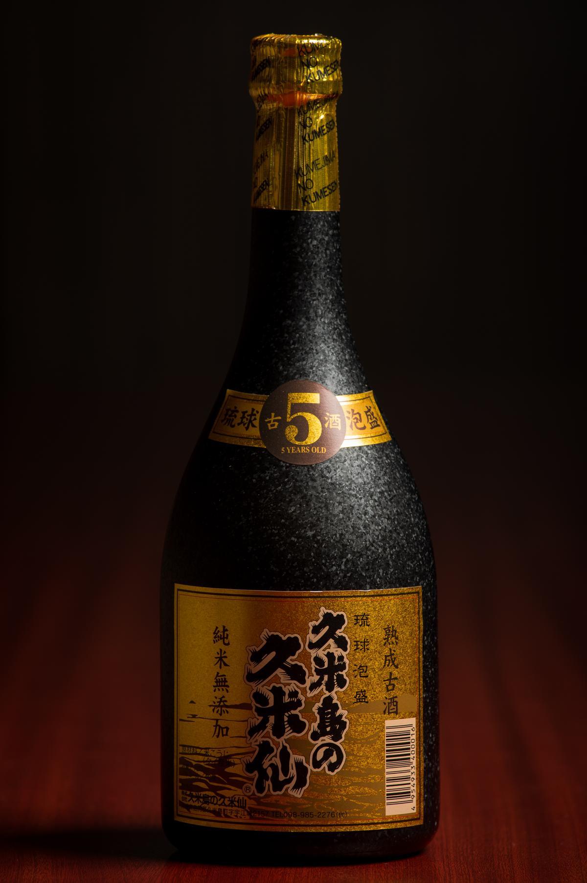 「久米島久米仙BLACK五年古酒」採用離島「久米島」優質泉水釀造,歷經5年熟成,酒精濃度雖達40度,香氣與喉感卻十分圓潤甘甜。(2,100元/瓶)