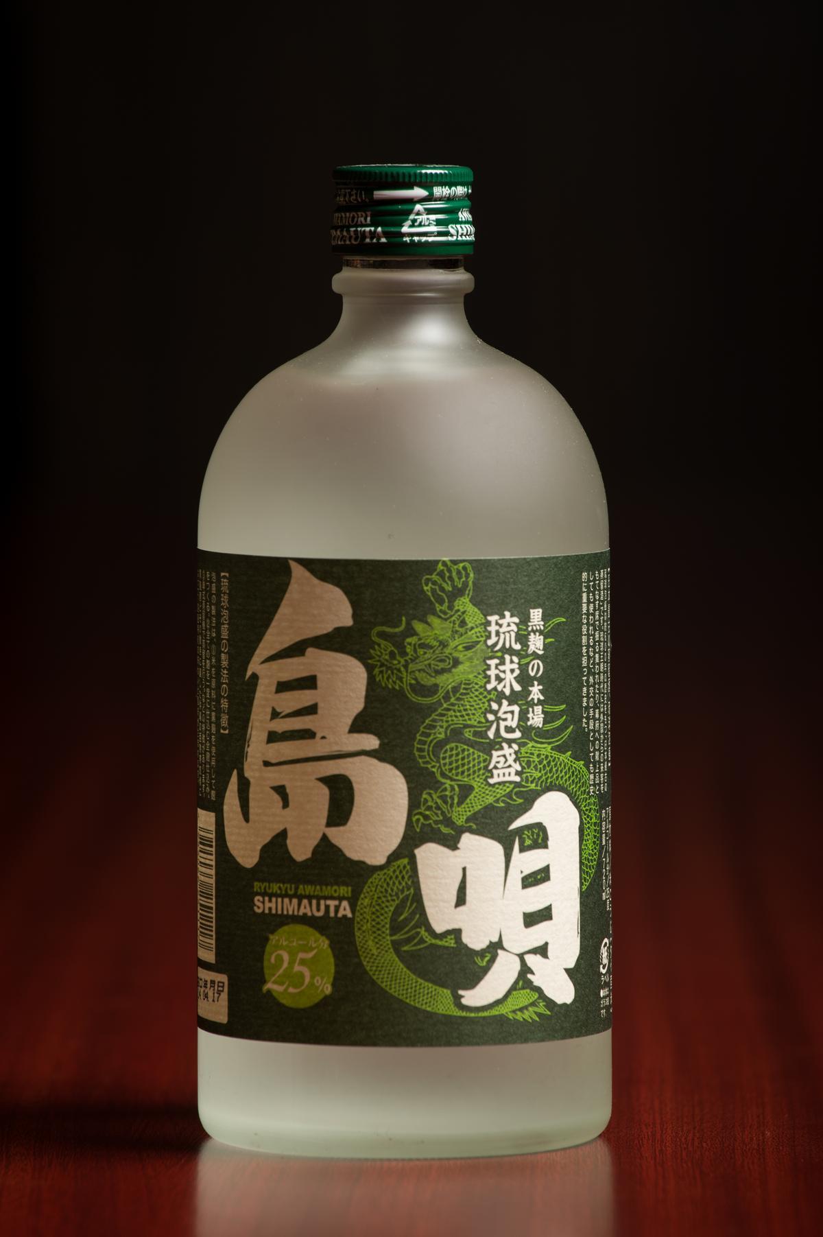 「島唄」是在沖繩家喻戶曉的品牌,屬於穩重紮實的傳統口味,容易入口,也適合搭配各種料理。(1,050元/瓶)