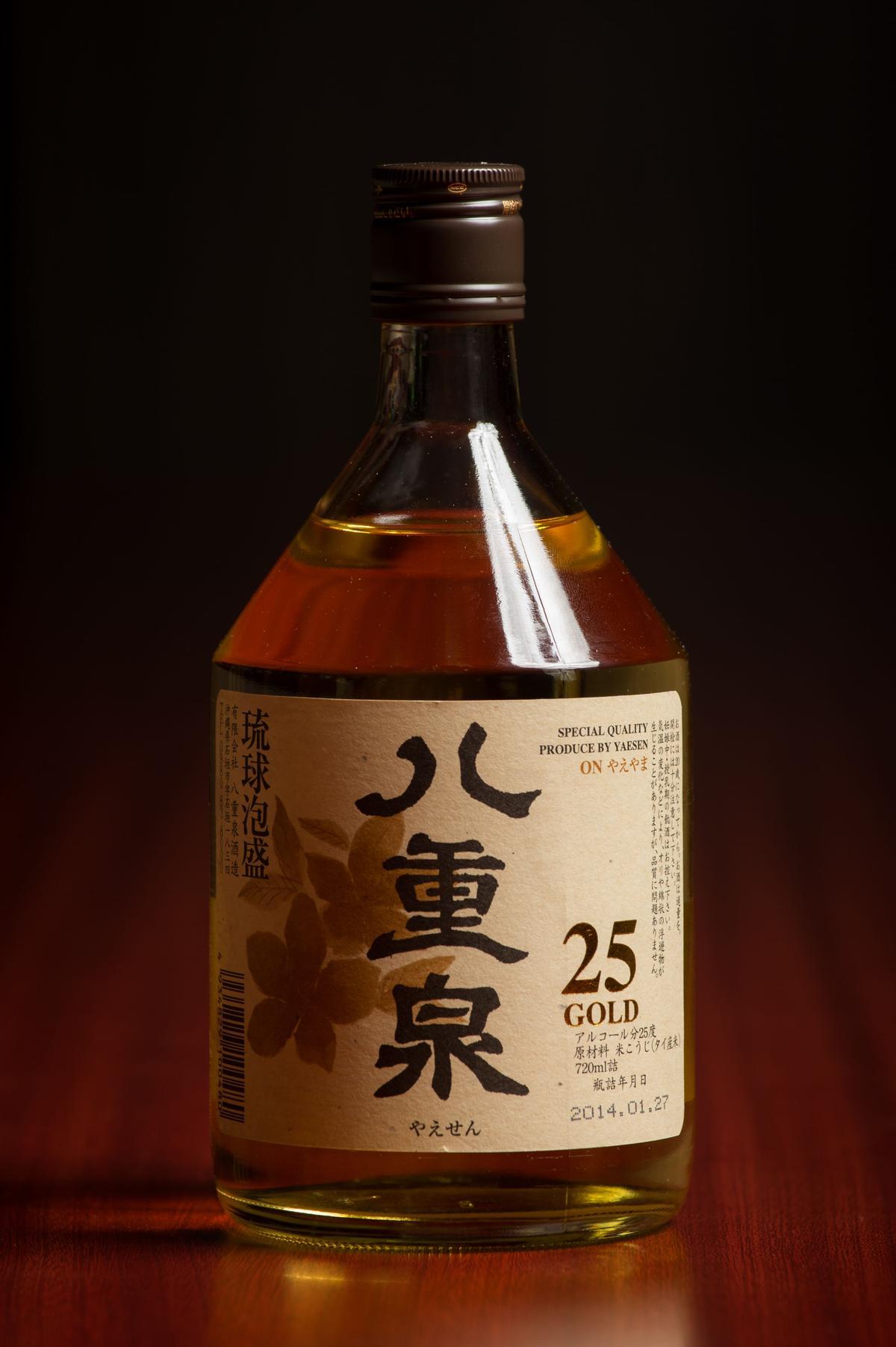 「黃金八重泉」是將蒸餾完成的石垣島泡盛原酒貯藏於來自法國的橡木桶中,不僅帶來金黃酒色,也釋放出高雅木香,適合喜歡洋酒的人。(1,200元/瓶)