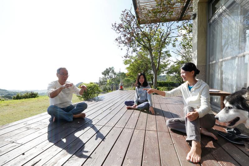 台東長濱「陽光佈居」民宿主人一家,每天都奢侈地享受著陽光從東海岸升起的日出海景。