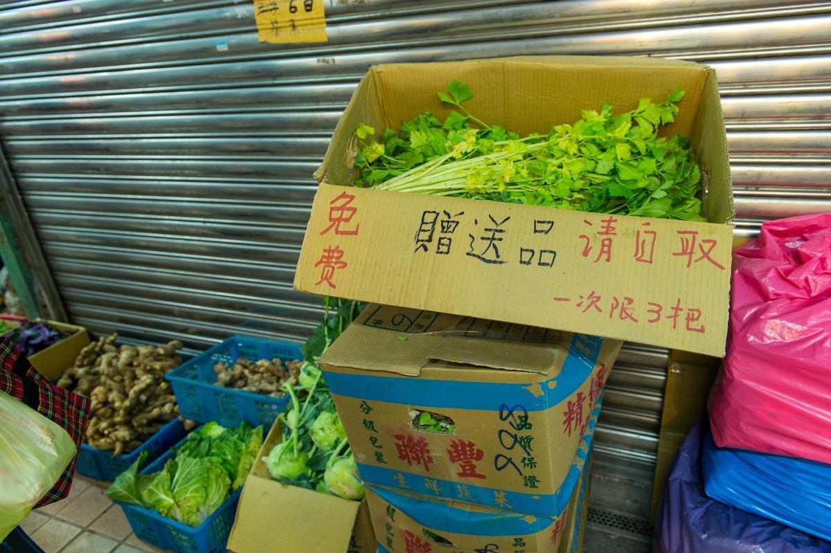 也許是靠近龍山寺的緣故,市場的人情味,不時可見。