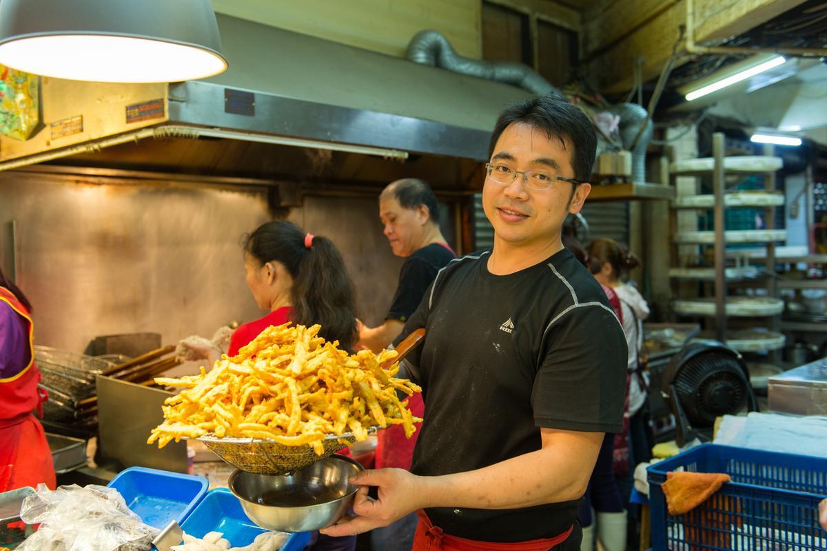 大豐魚丸老闆鄭靖騰每天現做炸物、火鍋料。