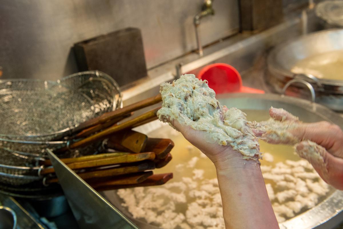 每天下午就開始製作手工丸類。