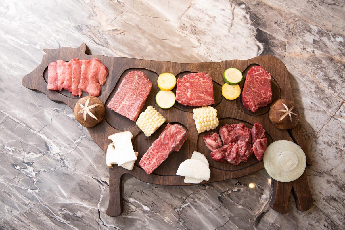 「夢幻牛一頭盛合」以牛形木質托盤秀出「牛舌」「板腱」「沙朗」「菲力」「橫隔膜」「去骨牛小排」6款部位。(5,800元/兩人份套餐)