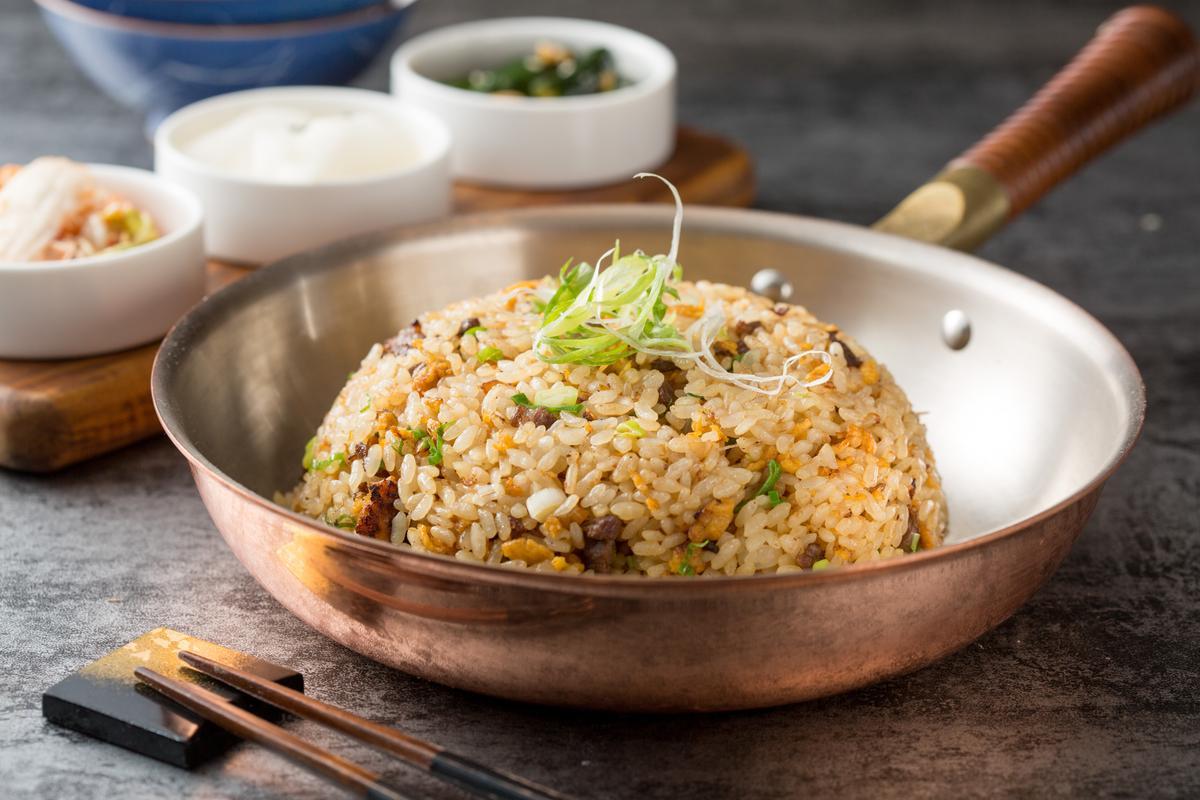 越光米炒製的「和牛炒飯」粒粒分明,不油膩,能收服澱粉控的心。(5,800元兩人份套餐菜色)