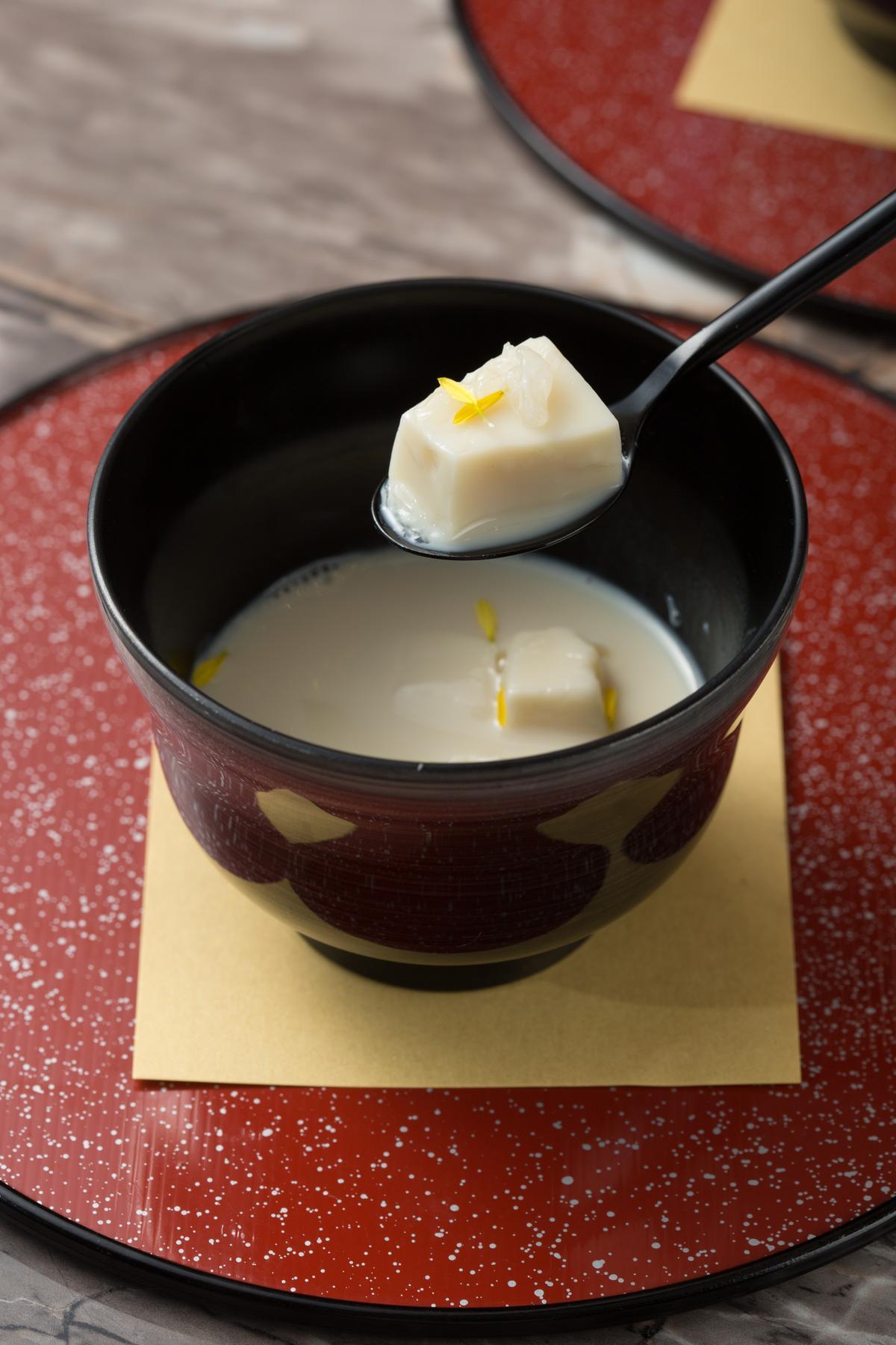 點綴菊花瓣的美型甜點「豆漿豆腐佐官燕」,用有機豆漿與葛粉製成豆腐,軟Q有彈性。(5,800元兩人份套餐甜點)