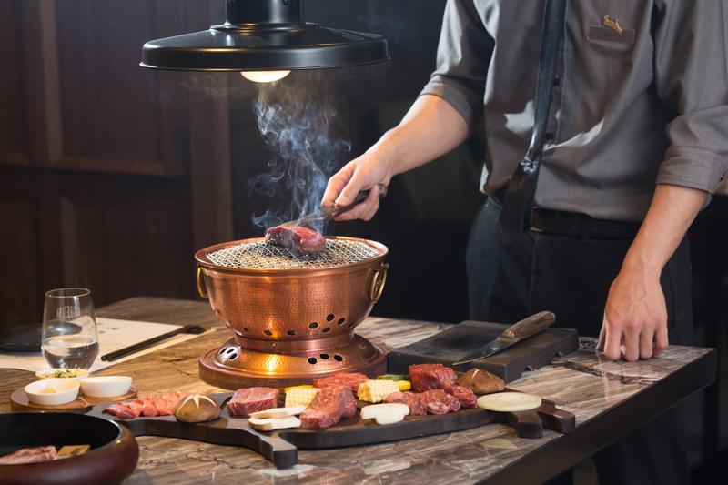 既然有頂級燒肉食材,當然也有與之相稱的燒肉管家桌邊服務。