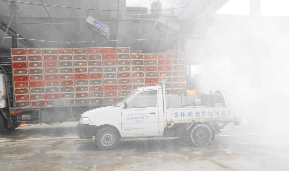 為防堵禽流感疫情,凱馨拉高自主防疫管理,車輛進出廠區都要經過清洗與消毒程序。(凱馨提供)