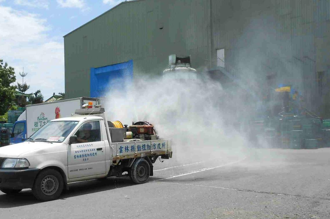 為防堵禽流感疫情,凱馨近日謝絕媒體採訪與廠商參觀。圖為進出廠區的車輛正在清洗與消毒。(凱馨提供)