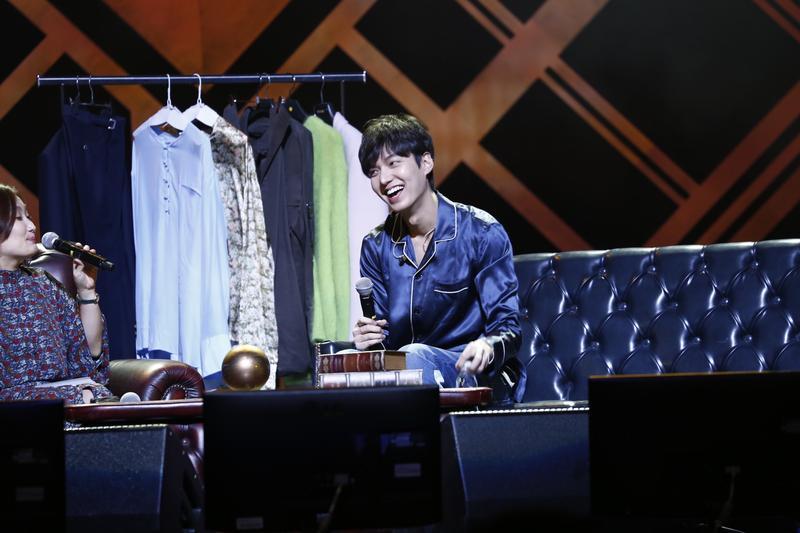李敏鎬在粉絲見面會上,大方換上自己貼身的藍色絲綢睡衣。
