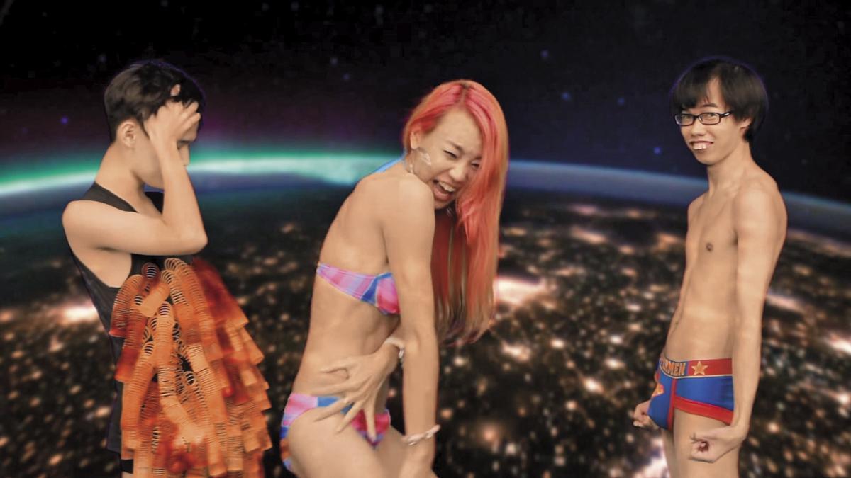 鄧佳華被(右)法拉利姐(中)邀約在她的MV中裸上身演出。(翻攝自MV)