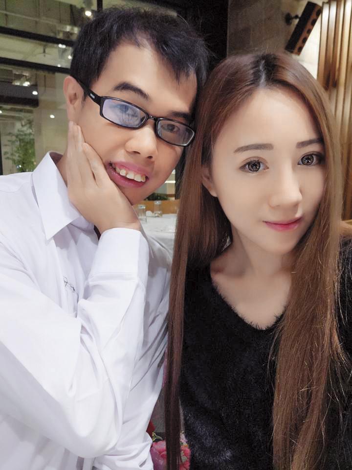 鄧佳華經常跑遍各大展場,和表演的show girl美眉拍照。(翻攝自鄧佳華臉書)