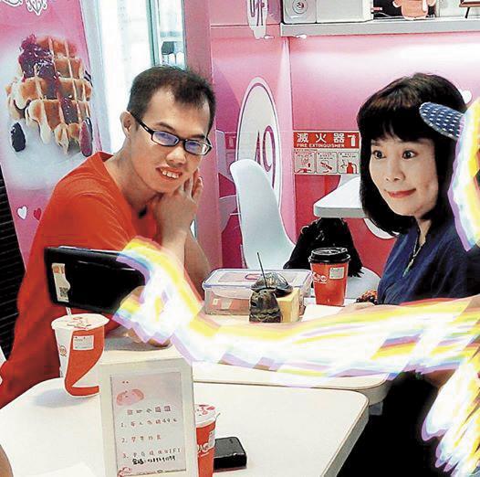 鄧佳華因為感情不順,之前曾找知名鳥卦老師王馨怡算命。(翻攝自鄧佳華臉書)