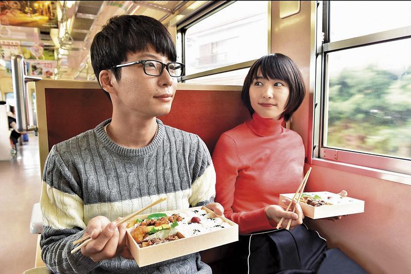 新垣結衣(右)、星野源(左)演出的《月薪嬌妻》,改編自日本漫畫《逃避雖可恥但有用》。