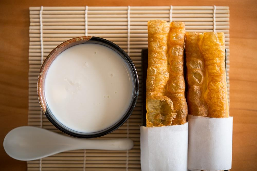 「原豆研磨杏仁茶」(65元/碗)加上「傳統油條」(20元/條)是古早味組合。