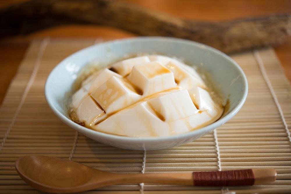 「原味杏仁豆腐」滑嫩入喉,芳醇樸美。(50元/份)