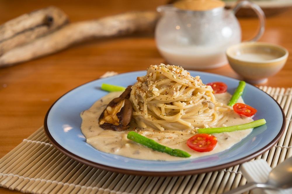 「杏香野菇義大利麵」是小店獨創的西式美食。(180元/份)