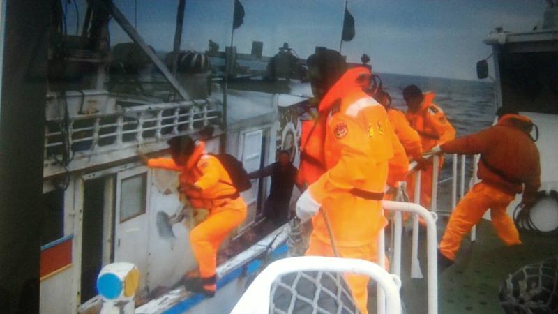 海巡官兵登船臨檢,當場查獲非法漁獲。