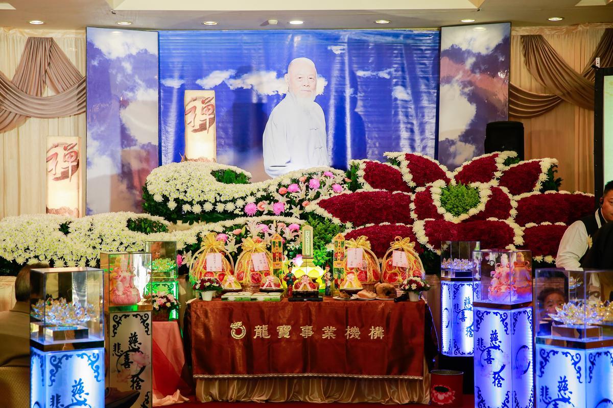 本名劉明哲的演員高鳴自殺過世,家人於20日為辦告別式,靈堂布置得莊嚴肅穆。