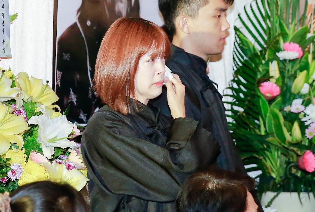 劉奕兒在告別式數度泣不成聲。