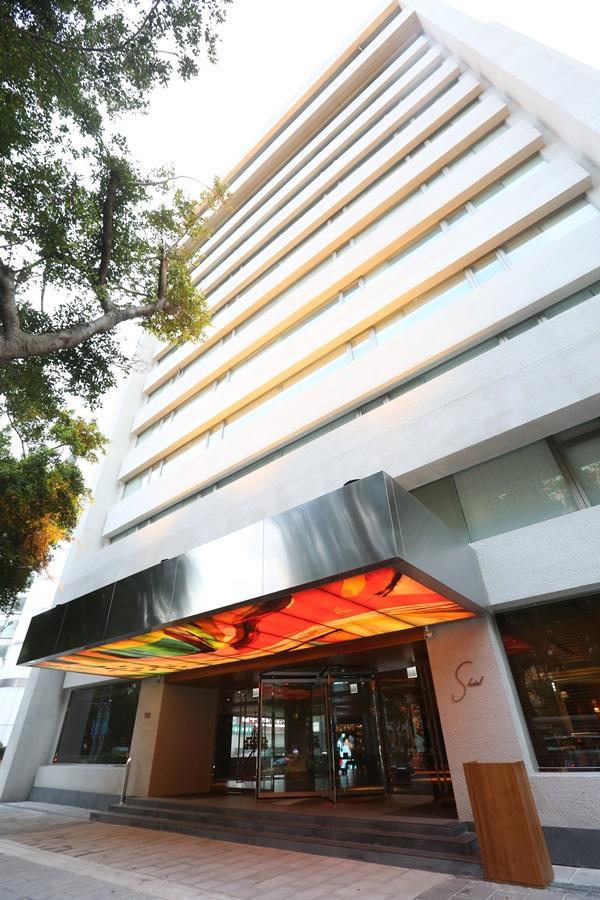 S hotel外觀採純白設計。