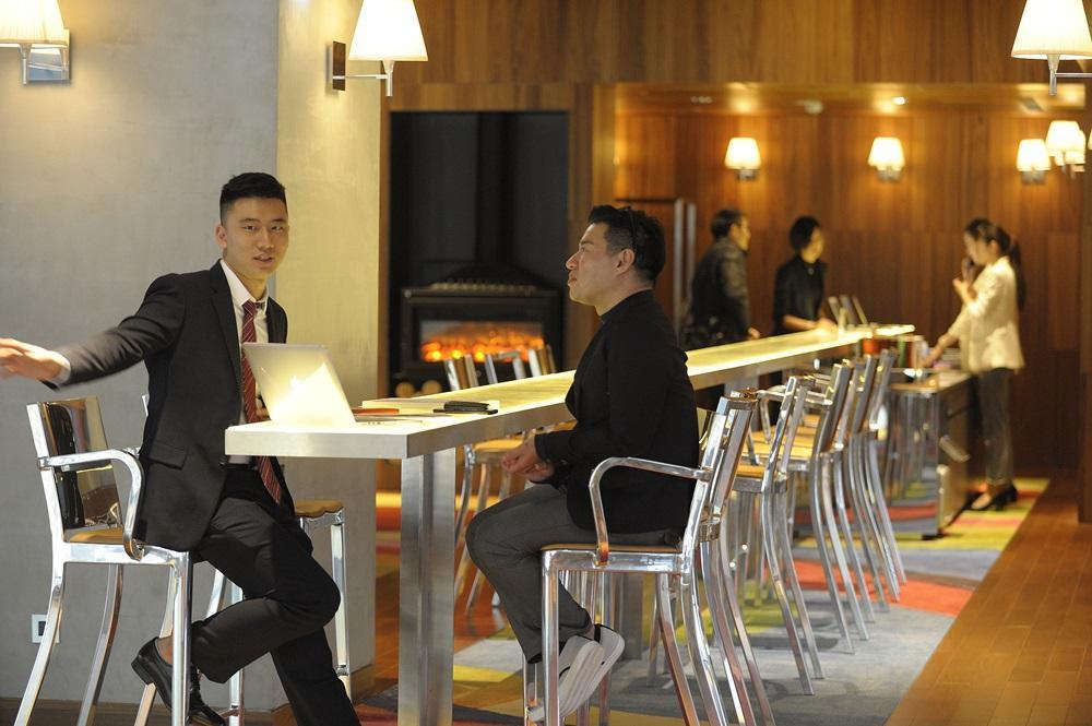 飯店大量採用菲利浦‧史塔克作品,圖中高腳椅就是其一。