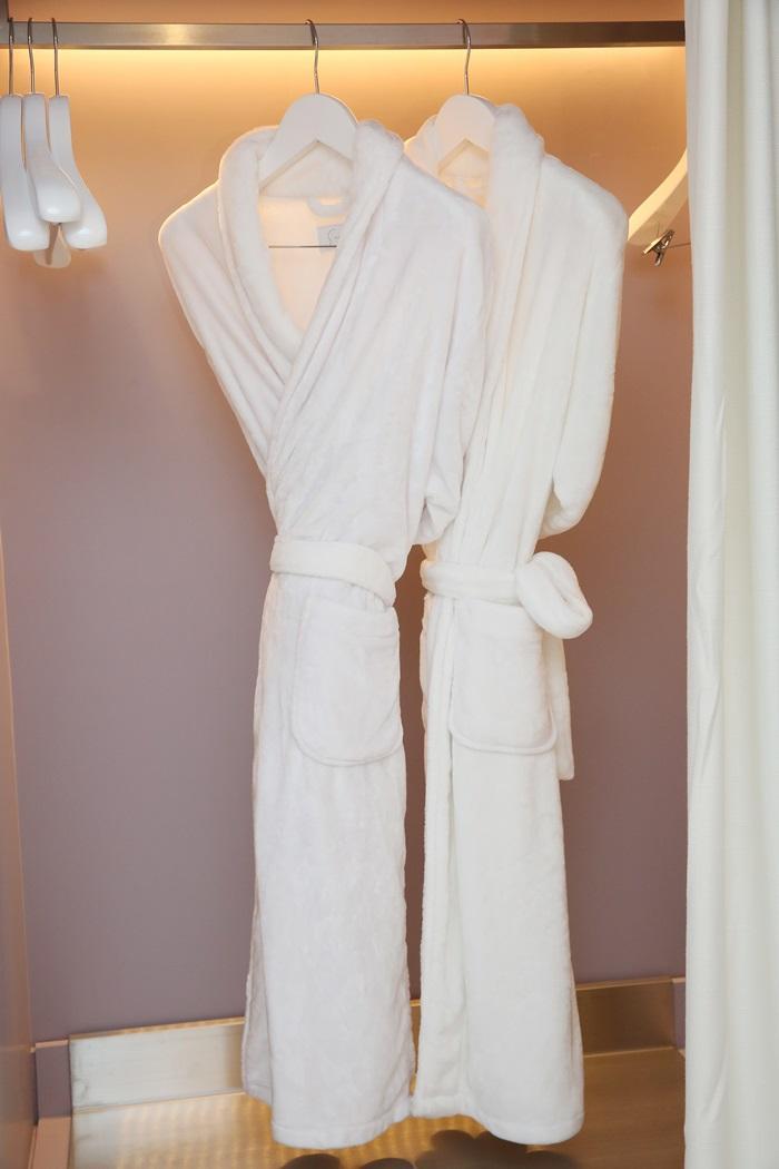 飯店客房內的浴袍也是由大S親自挑選。
