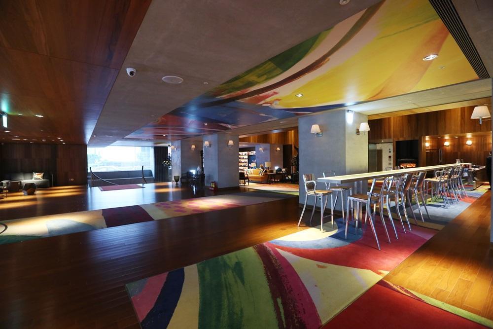 S hotel天花板及地毯的原住民圖騰,請到麻辣教授曲家瑞親手繪製。
