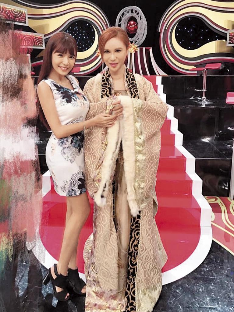 蘇心甯(左)目前積極轉型為藝人,經常現身各大綜藝節目。右為利菁。(翻攝自蘇心甯臉書)