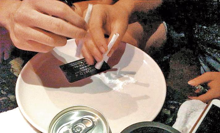 由於新興毒品價格便宜,1根K菸只要50元,還能多人共享,每年高中新生吸毒人口也跟著上升。(資料照片)