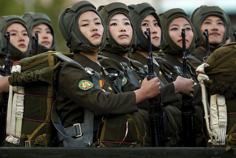 慶祝勞動黨70週年的閱兵儀式,北韓女兵朝 金正恩等領導人注目致敬。(達志影像)