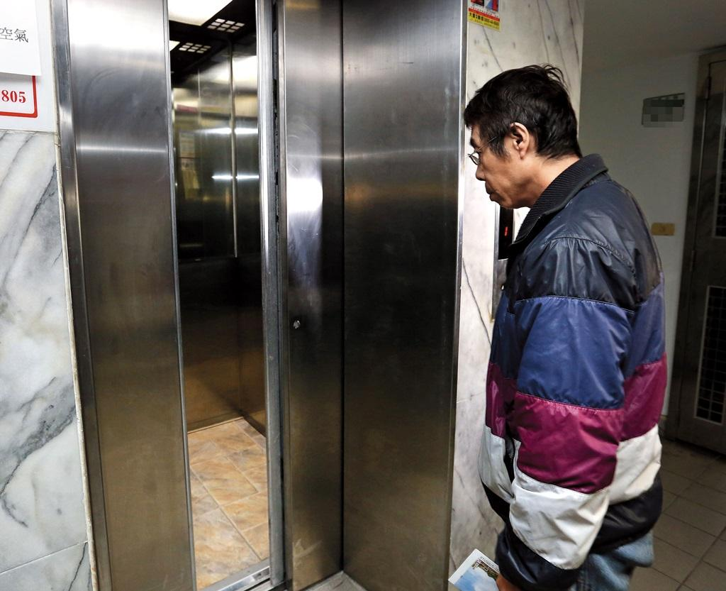 松山新城內的電梯由台灣通力負責維修保養,民眾搭乘時仍惴惴不安。