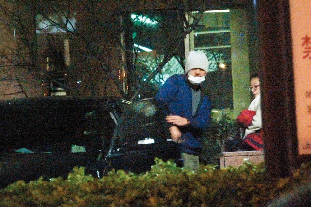 金城武頭上的毛帽拉低到快要蓋住眼睛,而且還戴著口罩,就算見到友人依然如此。