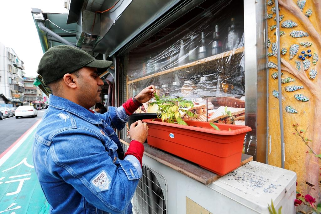 老闆Andy在餐廳旁種香料和辣椒。