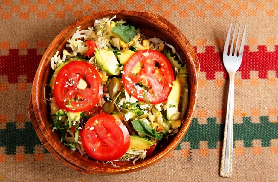 「酪梨蔬菜沙拉」特別淋上用羅望子調成的醬汁,配著滑潤的酪梨片,酸香開胃又爽口。(200元/份)