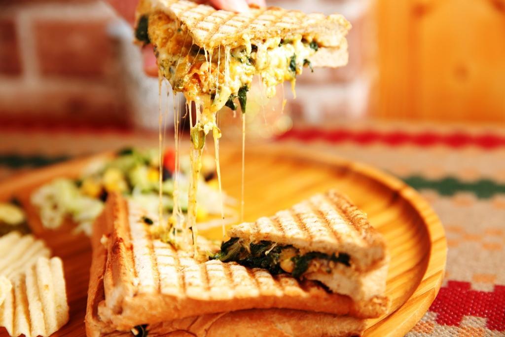 「菠菜乾酪烤吐司」的外皮烤得焦酥,內餡吃得到菠菜的鮮甜,和自製乾酪的乳香。(200元/份)