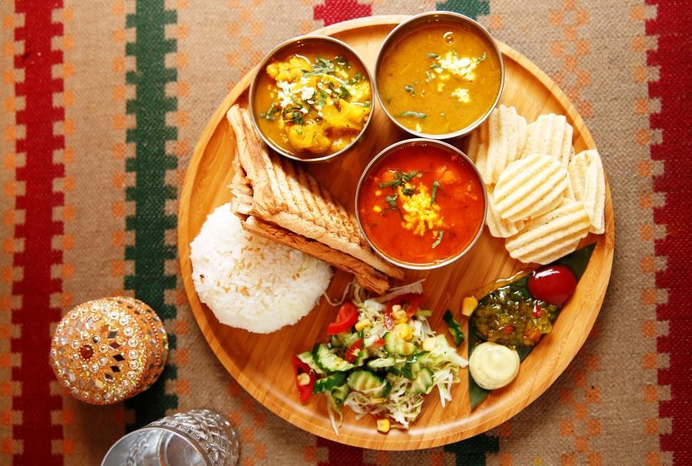 「印度塔麗咖哩飯」含三款咖哩醬,有豆香十足的扁豆醬、微辣帶番茄甜味的蓮子豆醬和花椰菜馬鈴薯醬,可拌飯或用吐司沾著吃。(320元/份)