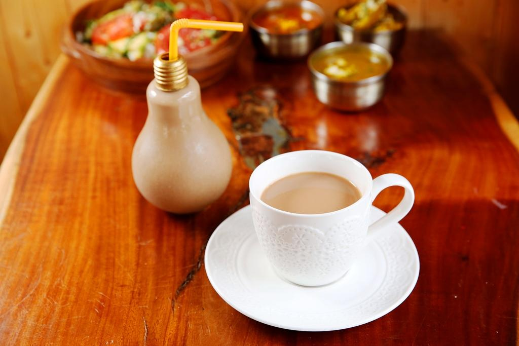 冰的「香料鮮奶茶」是用燈泡瓶裝,熱的是用茶杯裝。(80元/杯)