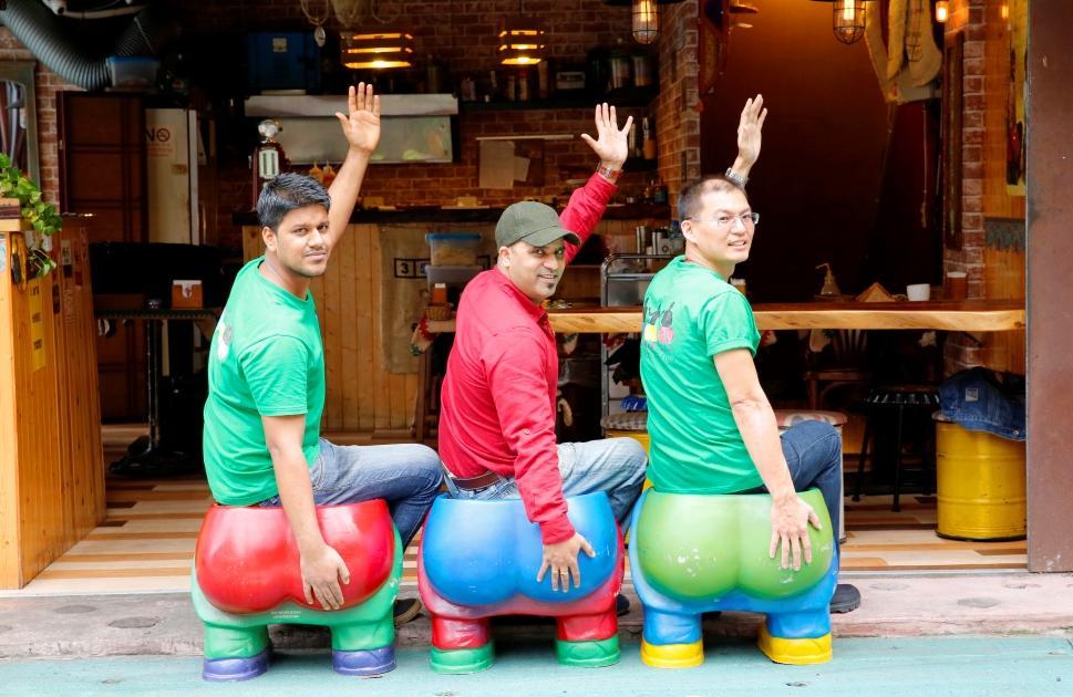 店門口有三張「屁股座椅」,讓客人可以模仿印度電影《三個傻瓜》的主角,拍照打卡紀念。