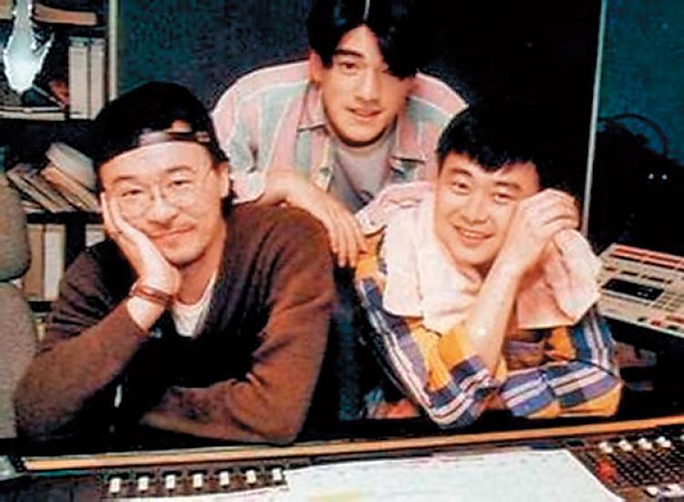 金城武(中)跟陳昇(右)、黃連煜(左)的交情不錯,有一說他之前跟黃連煜常在台北市安和路上的酒吧出沒。(翻攝自網路)