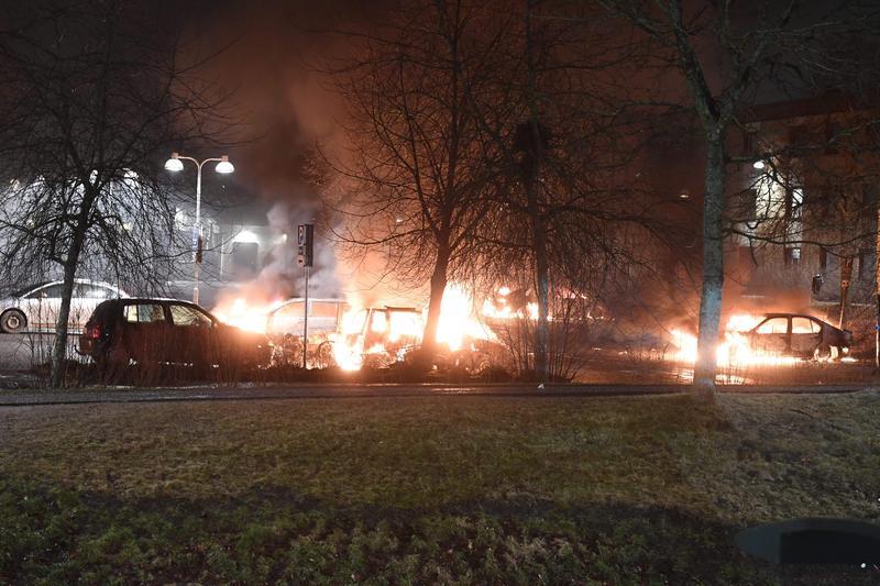 美國總統川普憑空杜撰瑞典移民暴動事件,舉世訕笑,不料瑞典斯德哥爾摩市北郊某社區接著竟然配合演出,真的發生了小型暴動。