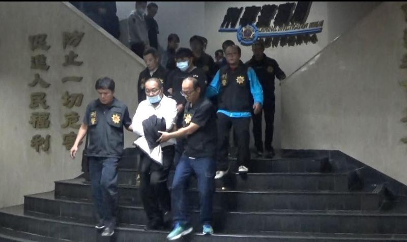 嫌犯鄭和義(白衣為首者)等十二人被押解地檢署。